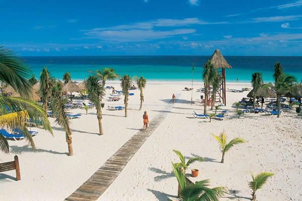 Playa y cocoteros del hotel Playa maroma Catalonia